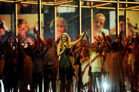 La regina dell'Eurovision 2013 Emmelie De Forest apre la gara - © Sander Hesterman (EBU)